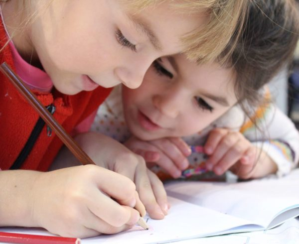 Corsi-di-lingue_kids-girl-pencil-drawing-nursery